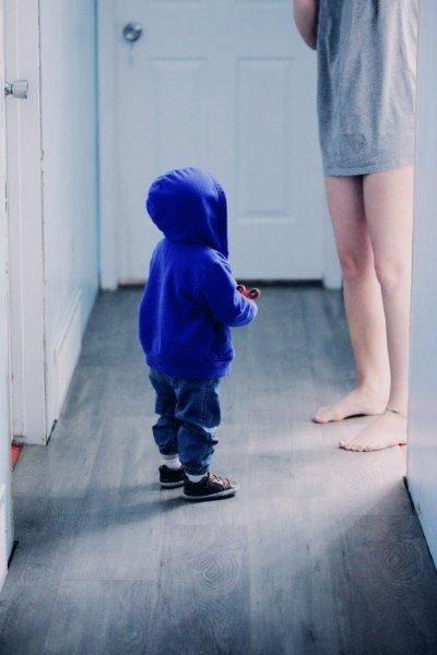 Kleinkind wartet auf seine Mama | Notmütterdienst Hamburg | www.solomamapluseins.de