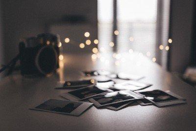 Polaroid-Fotos auf dem Tisch