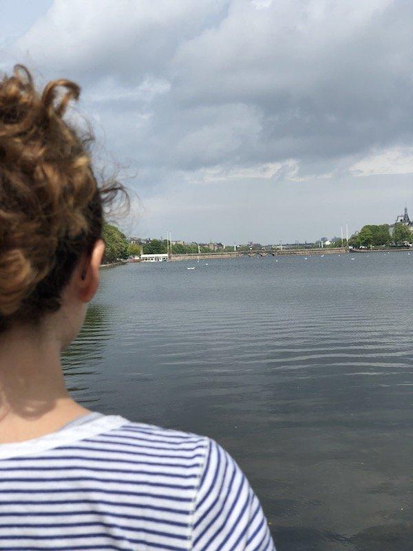 Polly Freytag genießt den Blick auf den Kopenhagener See